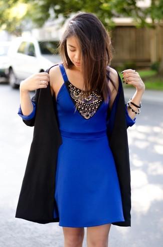 Vestido negro con azul rey