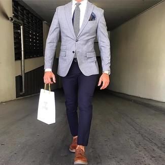 Cómo combinar: blazer gris, pantalón chino azul marino, zapatos derby de cuero en tabaco, corbata de seda de espiguilla azul marino