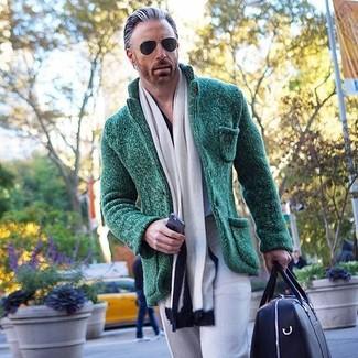 Cómo combinar: blazer de punto verde oscuro, pantalón de vestir gris, bolso baúl de cuero negro, bufanda en blanco y negro