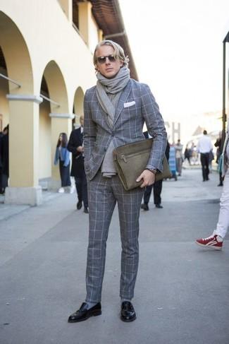 Cómo combinar: blazer de lana a cuadros gris, pantalón de vestir de lana a cuadros gris, mocasín de cuero negro, bolso con cremallera de lona verde oliva