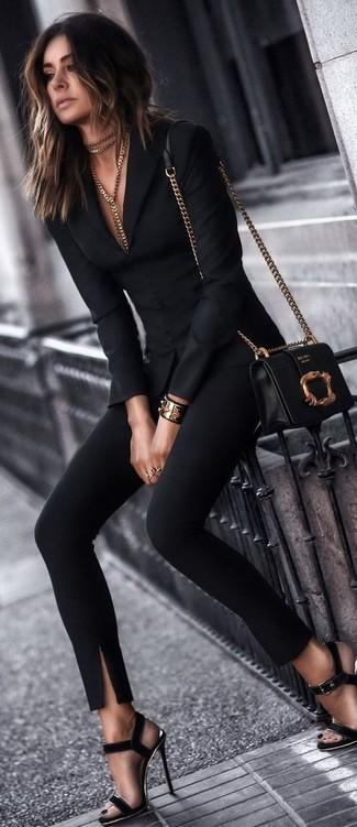 Essaie d'associer un blazer noir avec un pantalon slim noir pour créer un style chic et glamour. Cet ensemble est parfait avec une paire de des sandales à talons en daim noires.