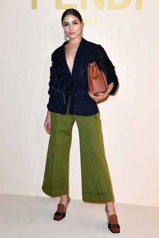 Cómo combinar: blazer azul marino, pantalones anchos verde oliva, zapatos de tacón de lona en tabaco, bolsa tote de cuero en tabaco