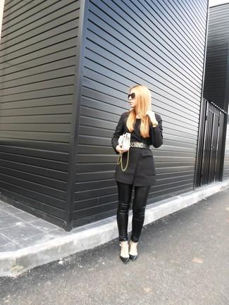 Cómo combinar: blazer negro, pantalones pitillo de cuero negros, zapatos de tacón de cuero con tachuelas negros, bolso bandolera de cuero blanco