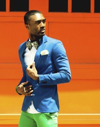 A blue blazer and a Polo Ralph Lauren men's Choppa Silk Pocket Square is a good combination to impress a girl on a date night. As this combo clearly shows, you can't think of a better idea for hot weather.