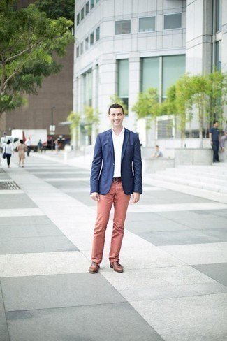 How to Wear a Brown Leather Belt For Men: This combination of a navy blazer and a brown leather belt is on the casual side but will guarantee that you look seriously stylish and incredibly stylish. To add a bit of classiness to your look, add brown leather oxford shoes to this getup.