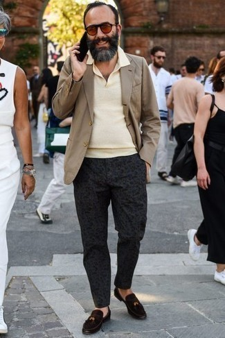 Jacket Outfits For Men After 50: Dress in a jacket and charcoal print chinos for effortless elegance with a rugged take. On the shoe front, go for something on the smarter end of the spectrum by finishing off with a pair of dark brown suede tassel loafers. Interested in dressing ideas for middle-aged men? This combination is pretty inspiring.