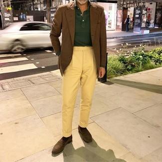 Cómo combinar: blazer marrón, polo de manga larga verde oscuro, pantalón chino amarillo, mocasín de ante en marrón oscuro