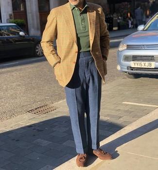Cómo combinar: blazer de cuadro vichy marrón claro, polo de manga larga verde oscuro, pantalón de vestir de lana azul marino, mocasín con borlas de ante marrón