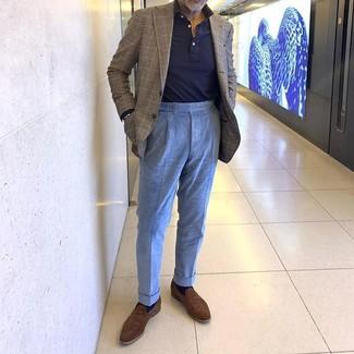 Cómo combinar: blazer de tartán marrón, polo de manga larga azul marino, pantalón de vestir de pana celeste, mocasín de ante marrón