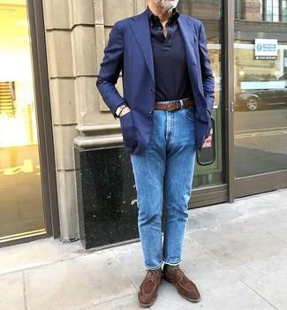 Cómo combinar: blazer azul marino, polo de manga larga azul marino, vaqueros azules, zapatos derby de ante marrónes