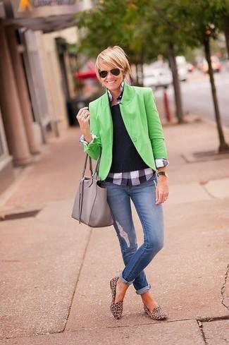 Harmonise un blazer vert avec un jean skinny déchiré bleu pour affronter sans effort les défis que la journée te réserve. Une paire de des slippers en daim imprimés léopard bruns apportera une esthétique classique à l'ensemble.