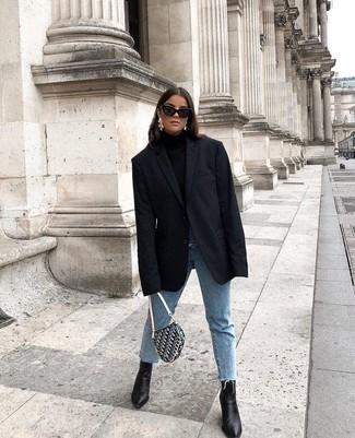Ce combo d'un blazer noir femmes Love Moschino et d'un jean bleu clair te permettra de garder un style propre et simple en dehors des horaires de bureau. Une paire de des bottines en cuir noires apportera une esthétique classique à l'ensemble.