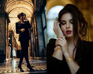 Harmonise un blazer noir avec une robe droite en velours noire pour un look de tous les jours facile à porter. Une paire de des escarpins en cuir noirs est une option astucieuse pour complèter cette tenue.