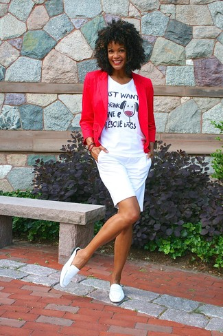 Cómo combinar: blazer rojo, camiseta con cuello en v estampada blanca, pantalones cortos blancos, mocasín de cuero blancos