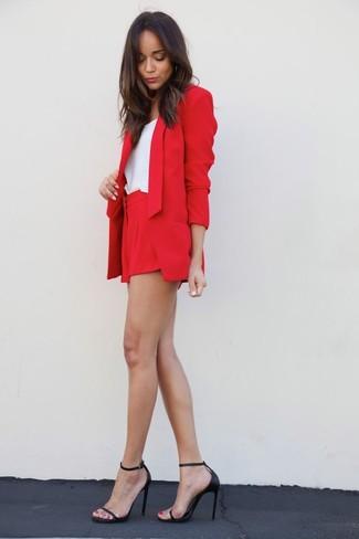 Para seguir las tendencias usa un blazer rojo y unos pantalones cortos. Dale un toque de elegancia a tu atuendo con un par de sandalias de tacón de cuero negras.
