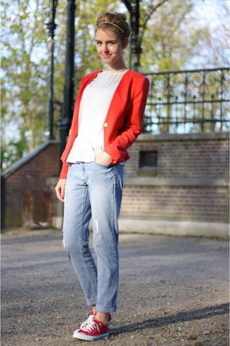 Cómo combinar: blazer rojo, top con sobrefalda blanco, vaqueros boyfriend desgastados celestes, tenis de lona rojos