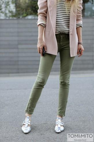 Cómo combinar: blazer rosado, camiseta de manga larga de rayas horizontales en blanco y negro, vaqueros pitillo verde oliva, zapatos de tacón plateados