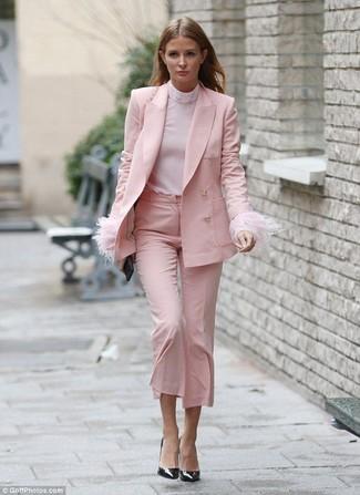 Cómo combinar: blazer rosado, jersey de cuello alto rosado, falda pantalón rosada, zapatos de tacón de cuero negros