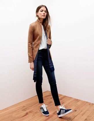 Marry a brown blazer with navy skinny jeans for a Sunday lunch with friends. Dress down this outfit with Marc by Marc Jacobs women's Navy Satin Laceless Cute Kicks Sneakers. This ensemble is the definition of perfect for those warmer days of spring.