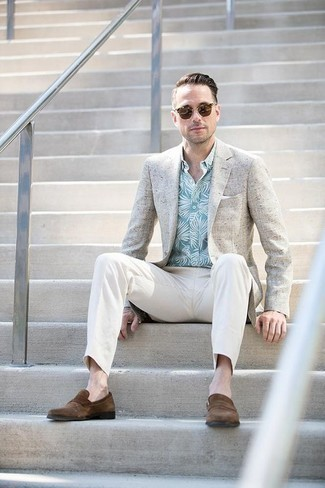 How to Wear a Beige Blazer For Men: Make a fashionable entrance anywhere you go in a beige blazer and white chinos. A pair of brown suede loafers immediately bumps up the wow factor of any ensemble.