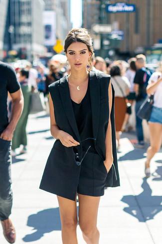 Cómo combinar: blazer sin mangas negro, camiseta sin manga negra, pantalones cortos negros, colgante dorado