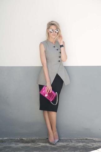 Cómo combinar: blazer sin mangas gris, falda lápiz negra, zapatos de tacón de cuero plateados, cartera sobre de cuero rosa