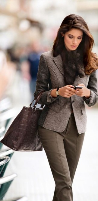 Effortlessly blurring the line between chic and casual, this combination of a dark brown wool blazer and hunter green skinny jeans is likely to become one of your favorites.