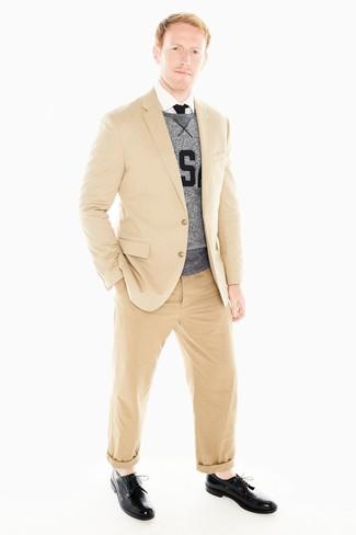 Cómo combinar: blazer marrón claro, sudadera estampada gris, camisa de vestir blanca, pantalón chino marrón claro