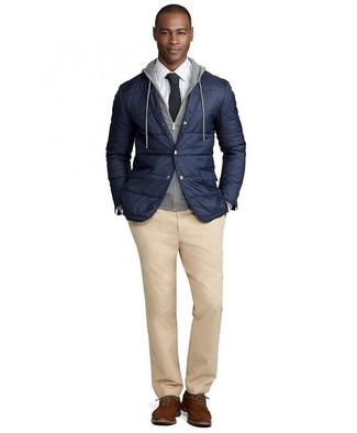 Cómo combinar: blazer acolchado azul marino, sudadera con capucha gris, camisa de vestir a cuadros blanca, pantalón chino marrón claro