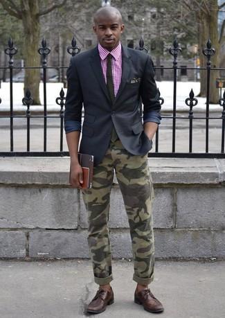 Cómo combinar: blazer negro, sudadera con capucha de manga corta de cuadro vichy rosa, vaqueros de camuflaje verde oliva, zapatos brogue de cuero en marrón oscuro