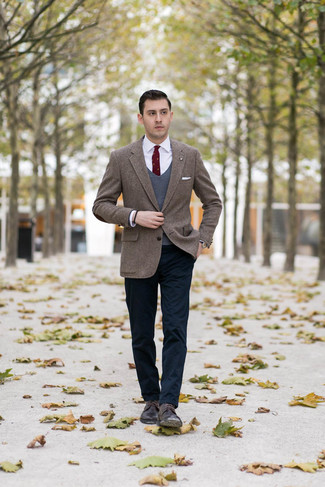 How to Wear Dark Brown Leather Derby Shoes: A brown herringbone tweed blazer and navy chinos are among the fundamental elements in any modern gentleman's great wardrobe. And if you need to easily dress up this ensemble with a pair of shoes, why not complete your ensemble with dark brown leather derby shoes?
