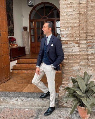 White Pocket Square Outfits: Make a navy blazer and a white pocket square your outfit choice to assemble a really dapper and edgy outfit. Give a different twist to an otherwise all-too-common getup by rocking a pair of black leather loafers.