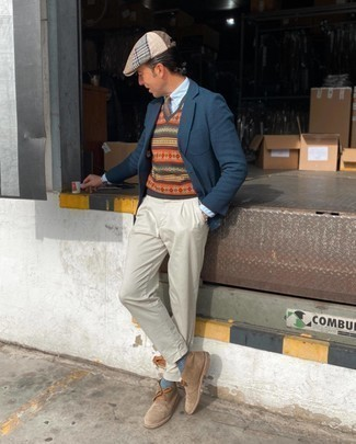 Flat Cap Outfits For Men: Tone down on the formality in this practical combination of a navy knit blazer and a flat cap. Infuse this outfit with an extra touch of style with a pair of tan suede desert boots.