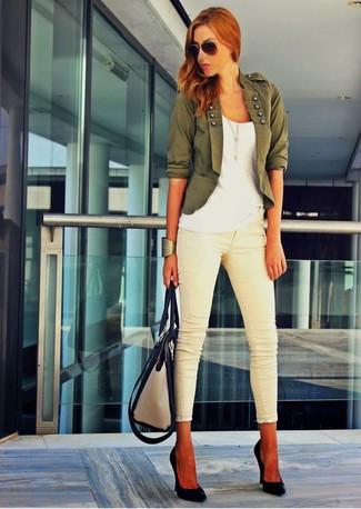 Pour créer une tenue idéale pour un déjeuner entre amis le week-end, porte un blazer vert foncé et un bracelet doré. Une paire de des escarpins en cuir noirs rendra élégant même le plus décontracté des looks.