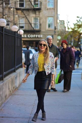 Opte pour un blazer à fleurs blanc et bleu avec une minijupe en cuir noire pour une tenue confortable aussi composée avec goût. Une paire de des bottines en daim grises foncées apportera une esthétique classique à l'ensemble.