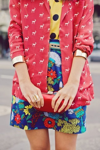 Les journées chargées nécessitent une tenue simple mais stylée, comme un blazer imprimé rouge et un bracelet doré.