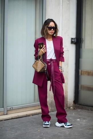 Associe un blazer pourpre avec un pantalon large pourpre pour une tenue confortable aussi composée avec goût. Jouez la carte décontractée pour les chaussures et opte pour une paire de des chaussures de sport blanches.