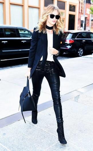 Essaie de marier un blazer noir avec un pantalon slim en cuir noir pour achever un look chic. Cette tenue est parfait avec une paire de des bottines en daim découpées noires.