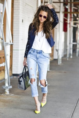 A navy sequin jacket and light blue distressed boyfriend jeans will convey a carefree, cool-girl vibe. A pair of green-yellow leather pumps will add some real flair to this ensemble. It goes without saying that this one makes for a great, spring-appropriate combo.