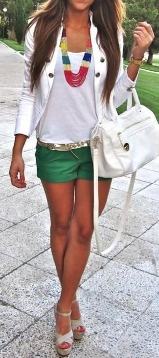 This combination of a white blazer jacket and pastel green shorts is totally stylish and yet it looks cozy and ready for anything. Beige leather heeled sandals will add a touch of polish to an otherwise low-key look. This one is just perfect if you're crafting an outfit worth 'gramming.