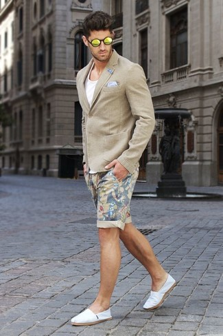 This combo of a beige blazer and beige floral shorts spells comfort and style. A pair of espadrilles looks very fitting here. You know you could wear a variation of this ensemble throughout the summer season.