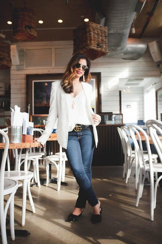 If you're a fan of classic pairings, then you'll like this pairing of a Theory women's Modern Grinson Silk Blazer and navy skinny jeans. Black leather mules will bring a classic aesthetic to the ensemble. This combo is the definition of perfect for hot warm weather afternoons.