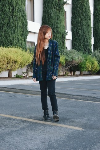 Master the effortlessly chic look in a navy and green plaid blazer and black skinny jeans. Black leather flat boots will give your look an on-trend feel.