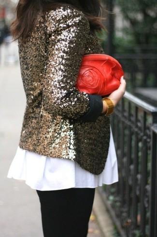Cómo combinar: blazer de lentejuelas dorado, top con sobrefalda blanco, leggings negros, cartera sobre de cuero roja