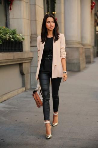 Cómo combinar: blazer en beige, top con sobrefalda negro, vaqueros pitillo de cuero negros, zapatos de tacón de cuero dorados