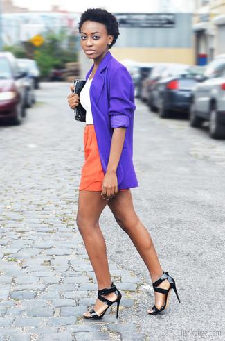 Harmonise un blazer violet avec un short orange pour un déjeuner le dimanche entre amies. Habille ta tenue avec une paire de des sandales à talons en cuir noires.