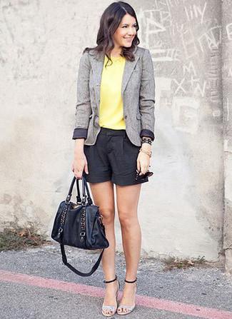 Opte pour un blazer en laine gris avec un short noir pour affronter sans effort les défis que la journée te réserve. Termine ce look avec une paire de des sandales à talons en cuir argentées pour afficher ton expertise vestimentaire.