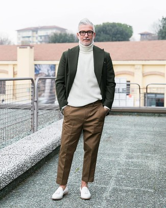 How to wear: dark green wool blazer, white turtleneck, brown chinos, white leather tassel loafers