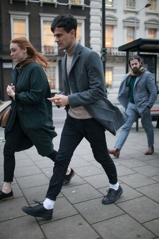 Black Chinos with Blue Blazer Outfits: Try teaming a blue blazer with black chinos to put together a proper and refined menswear style. To inject a dash of stylish nonchalance into this ensemble, introduce a pair of black leather low top sneakers to this outfit.