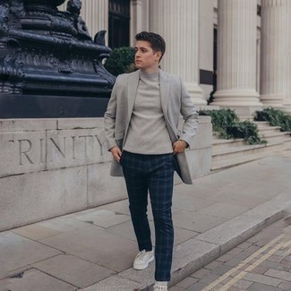 Grey Blazer with Navy Pants Outfits For Men: When it comes to rugged refinement, this combo of a grey blazer and navy pants doesn't disappoint. A pair of white canvas low top sneakers instantly steps up the style factor of any look.